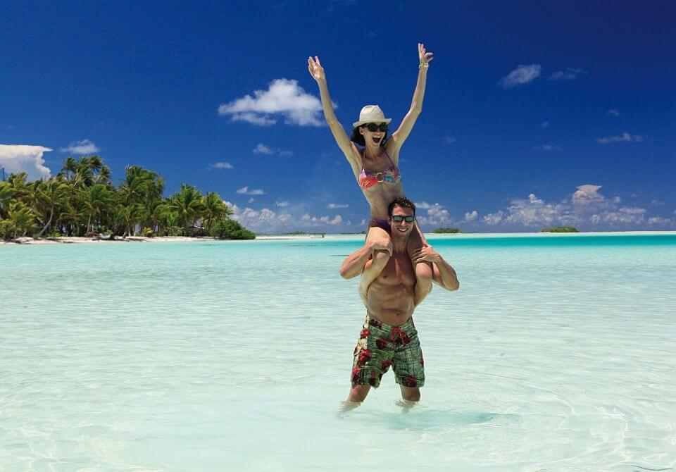Polinezja Francuska, wyspa Raniroa - Kia Ora Resort & Spa, ludzie na plaży pozują