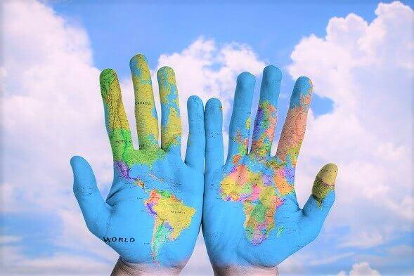 Mapa świata na rękach