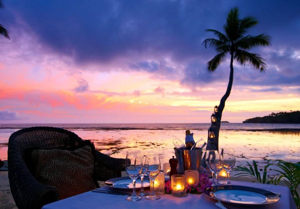 Fidżi, wyspa Vanua Levu - Namale the Fiji Islands Resort & Spa, kolacja romantyczna przy palmie i morzu