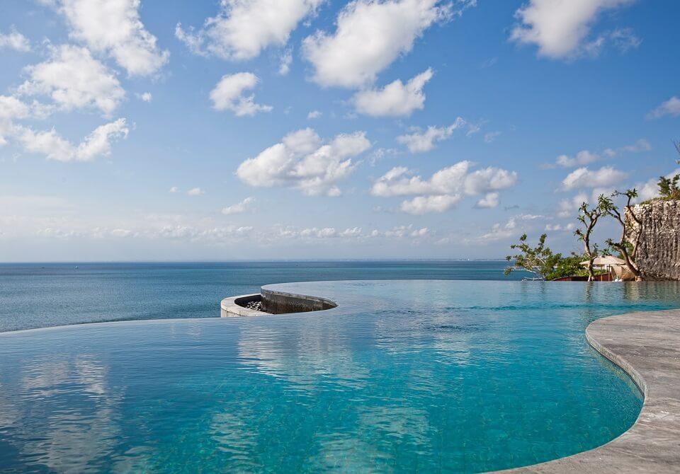 Indonezja, wyspa Bali - Hotel Anantara Uluwatu Bali, basen wpadający do morza