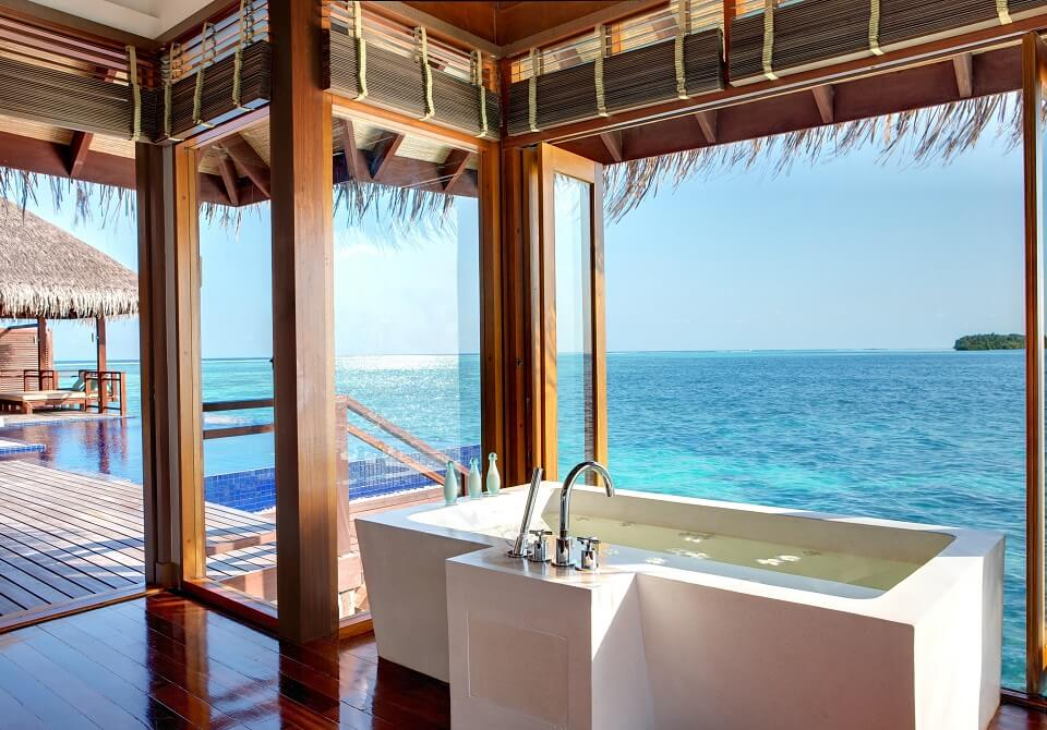 Malediwy - hotel Lux South Ari Atoll, Presidential Villa, łazienka z widokiem na ocean