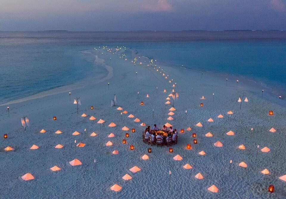 Malediwy - hotel Soneva Fushi - romantyczna kolacja