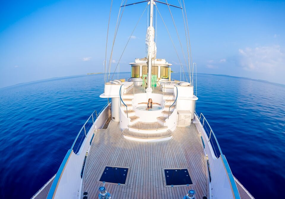 Malediwy - hotel Soneva in Aqua jacht w morzu