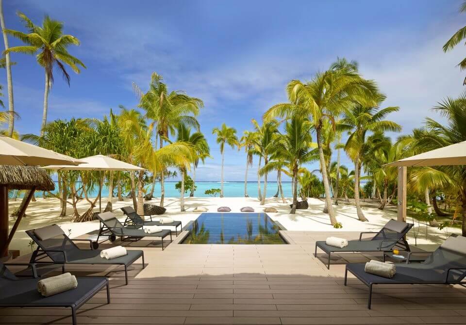 Polinezja Francuska, wyspa Tetiaroa, The Brando, basen przy willa leżaki