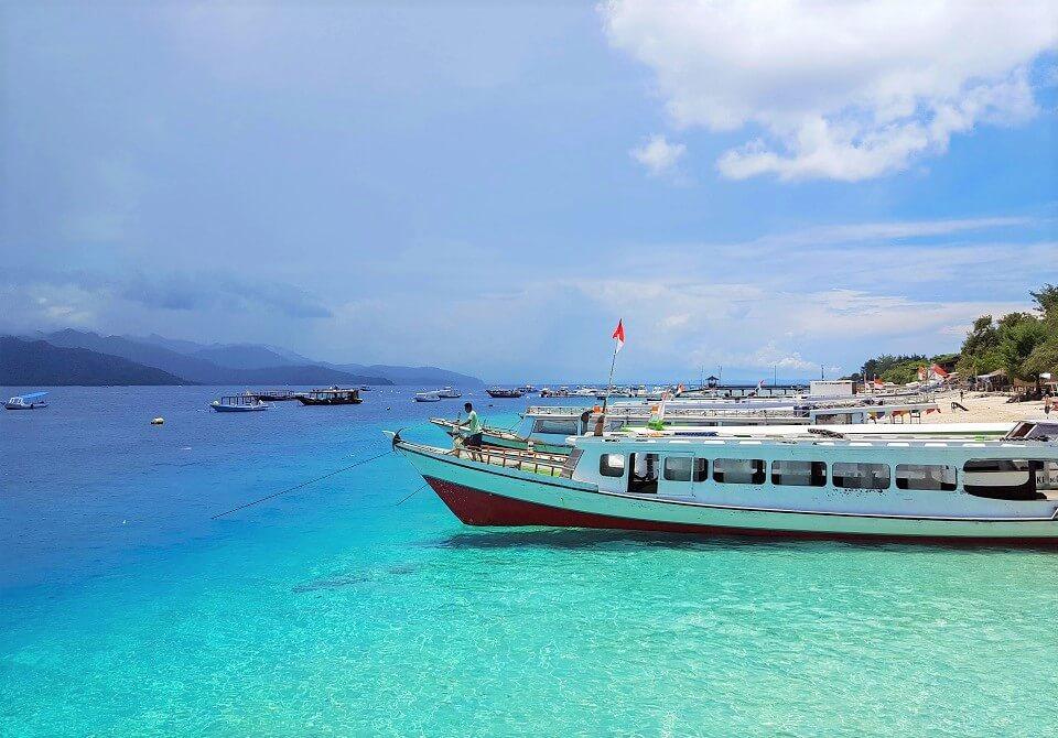 Indonezja, wyspa Gili - statki na brzegu