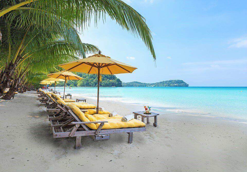 Leżaki na plaży w Soneva Kiri w Tajlandii