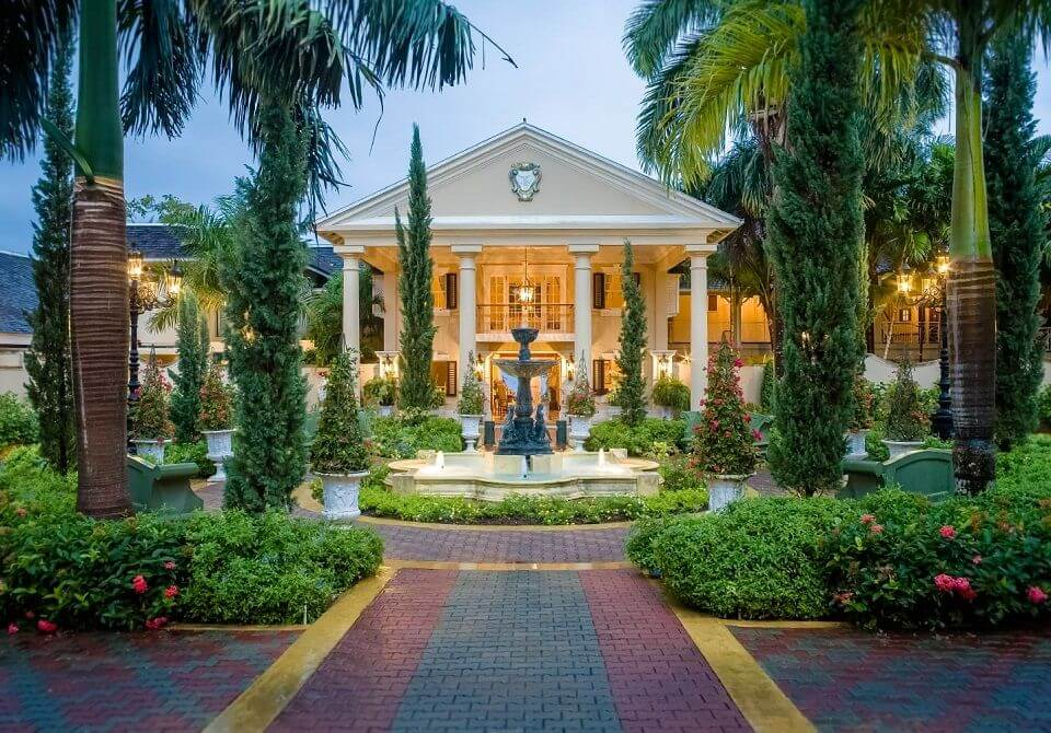 Widok na wejście do hotelu Sandals Royal Plantation