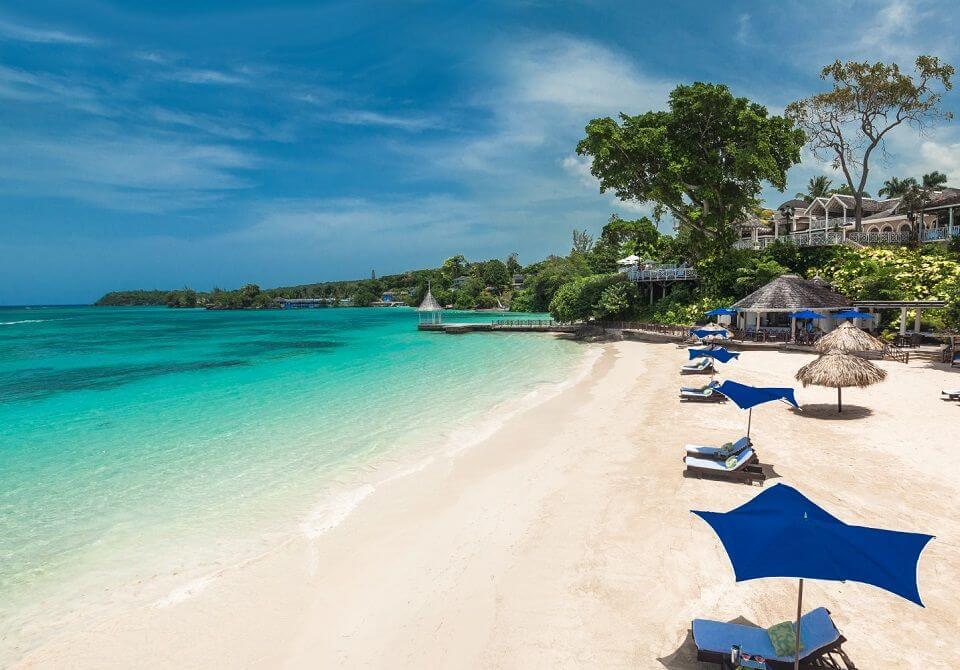 Leżaki na piaszczystej plaży na Jamajce