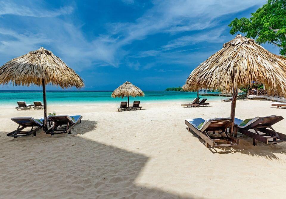Leżaki na plaży na Karaibach