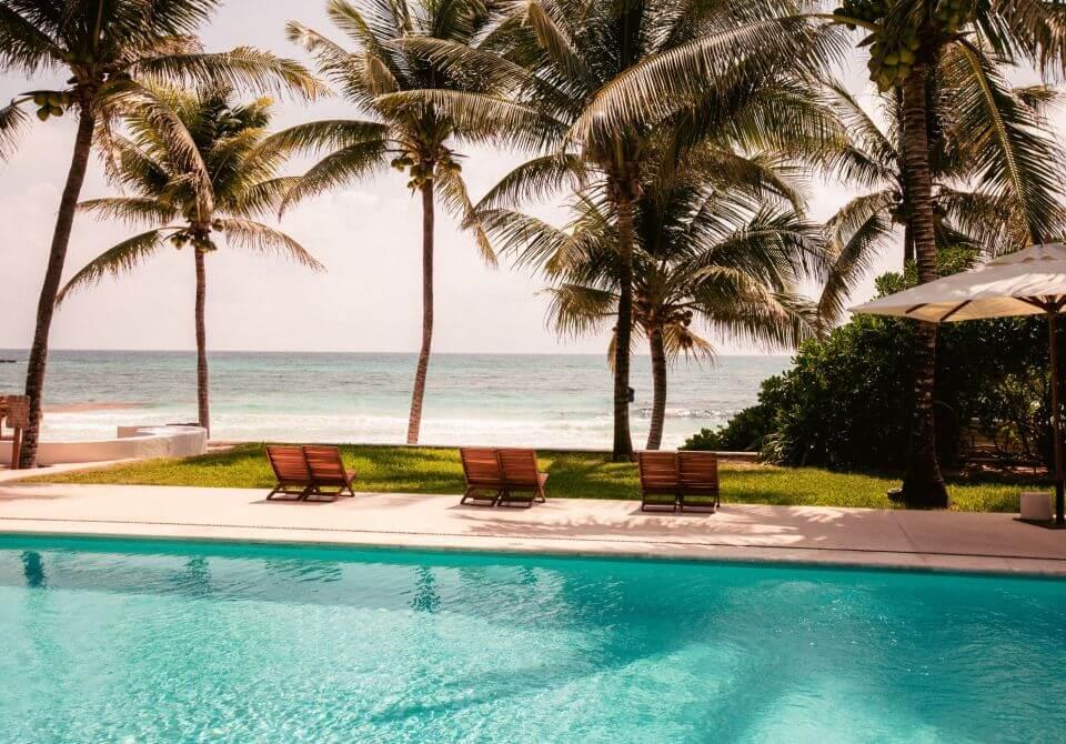Meksyk, Hotel Esencia, basen i widok na plażę i palmy